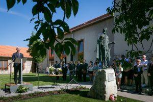Közösségi házat avatott Soltész Miklós Budakalászon